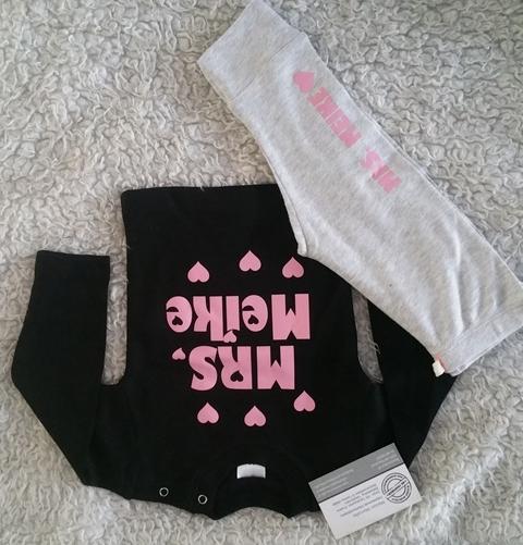 951bee466565fa Babypakje broekje en t-shirt bedrukt Mrs met naam en hartjes