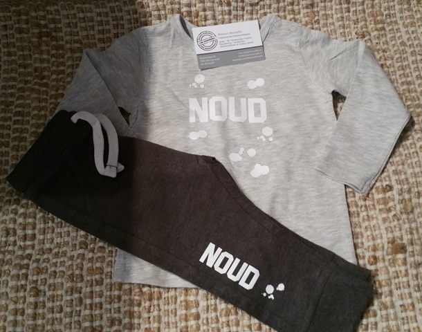 e98ffcc848ad7a Babypakje broekje en t-shirt bedrukt eigen naam en kleine verfspatjes inkt