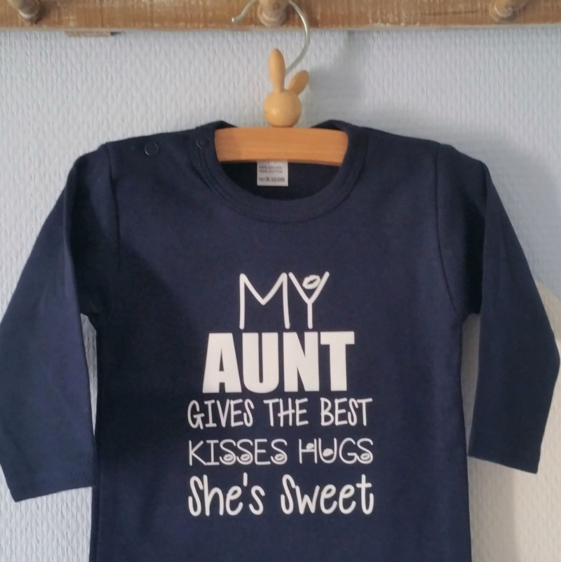 Baby Romper blauw met tekst opdruk My Aunt gives the best kisses hugs she's sweet kan met naam